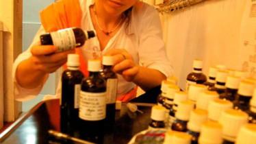 Marie prépare les mélanges d'huiles essentielles