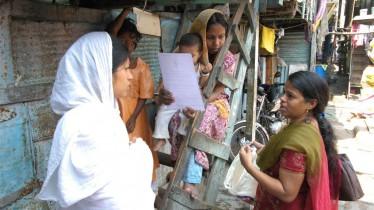 Porte-à-porte dans les bidonvilles de Bombay pour faire connaitre les huiles essentielles