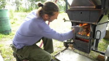 Alimentation du feu pour la distillation