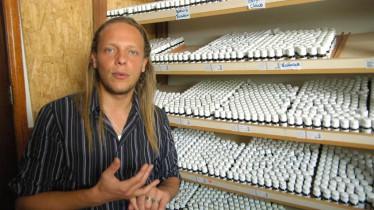 Visite de son entreprise, Fabian m'explique les différentes huiles brésiliennes