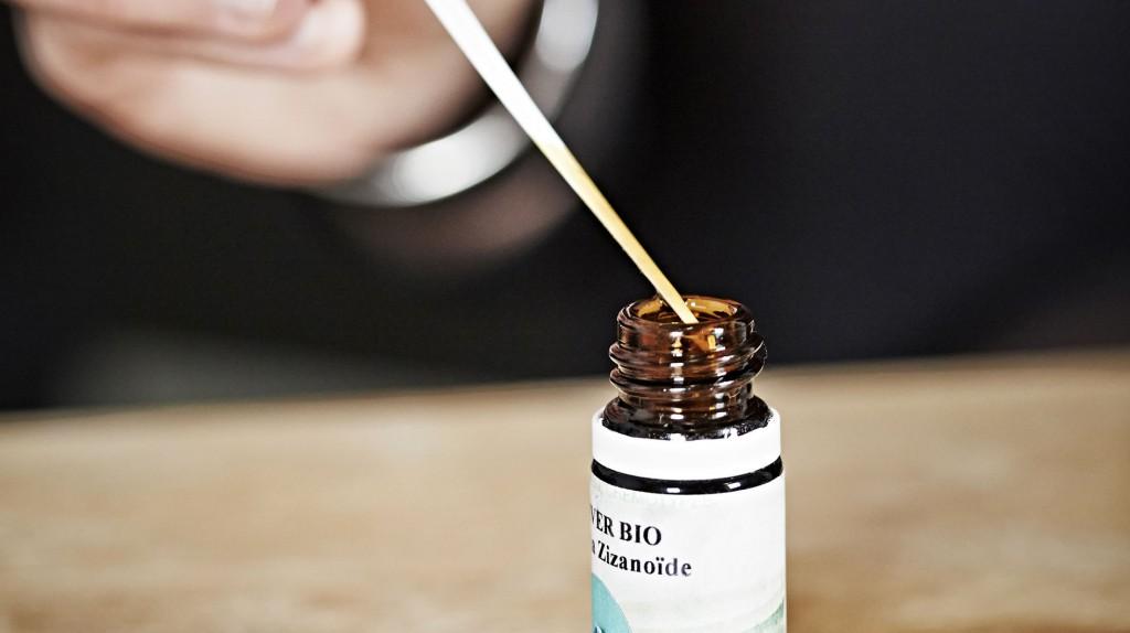 <p>Votre mélange est préparé et conditionné par Terre d'Aroma. Les <strong>huiles essentielles</strong> sont assemblées de manière à <strong>équilibrer</strong> votre parfum.</p>