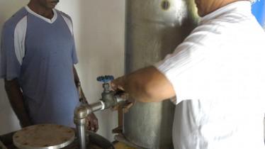 Montage de l'alambic avant la distillation